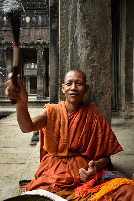 cambodia-photo-tours-angkor-wat-buddhist-monk