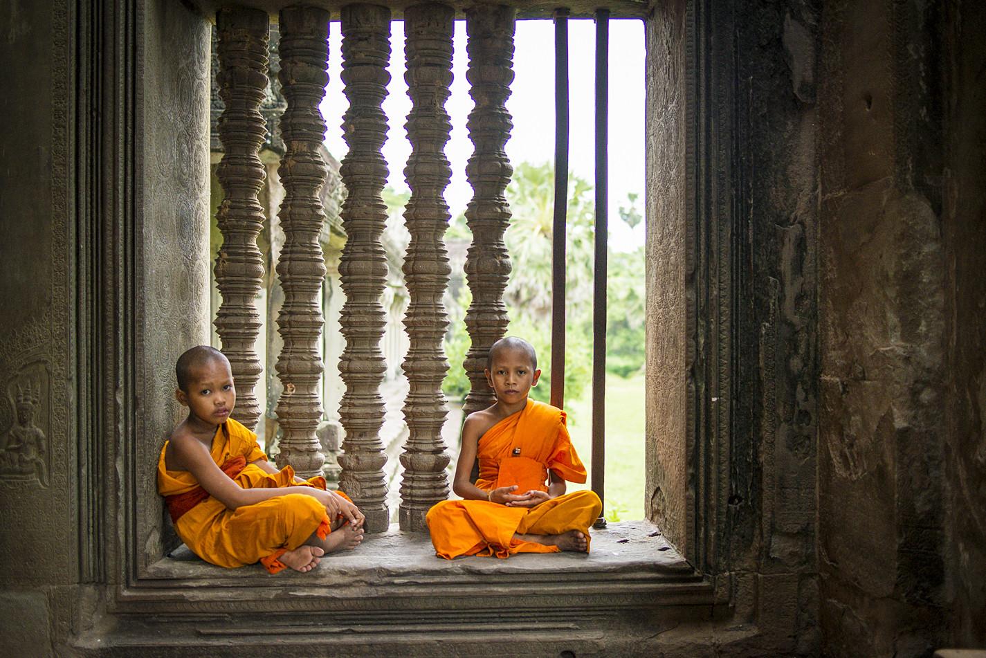 cambodia-photo-tours-angkor-wat-buddhist-monks