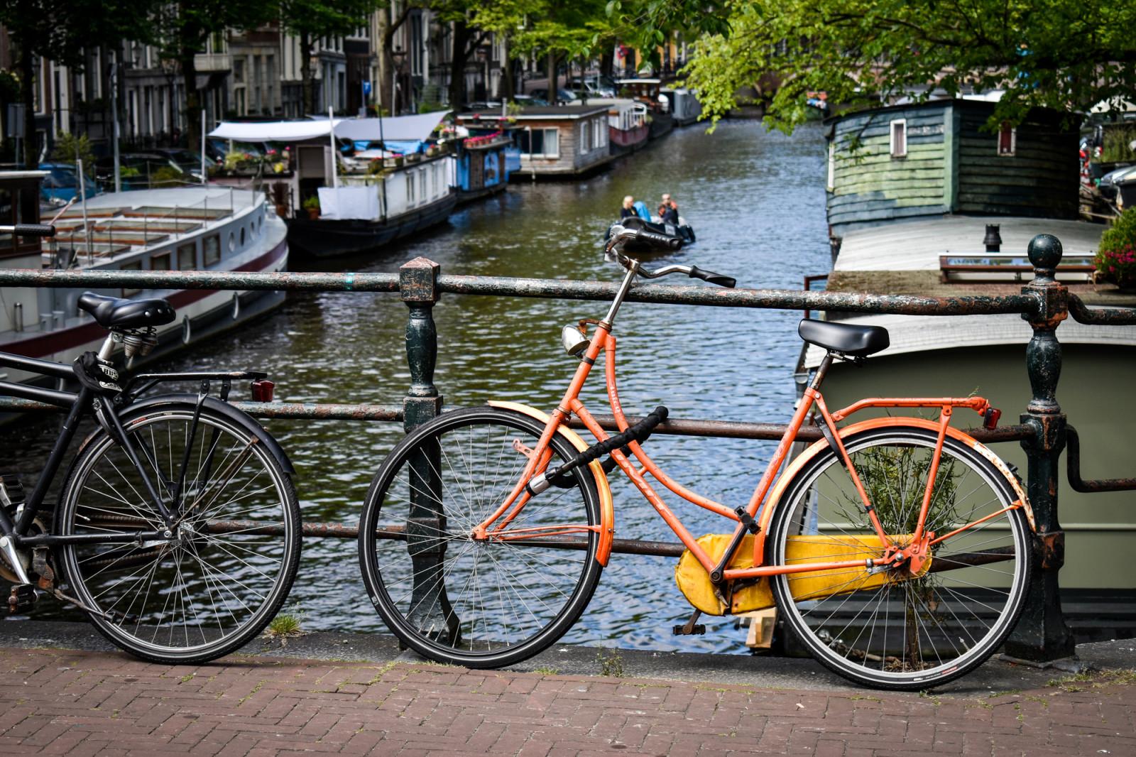 orange-bike-on-gracht-in-Amsterdam
